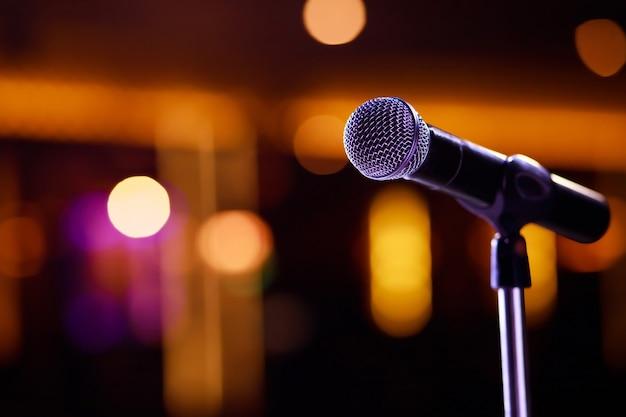 Mikrofon na streszczenie niewyraźne wypowiedzi w sali seminaryjnej lub mówiące światło sali konferencyjnej