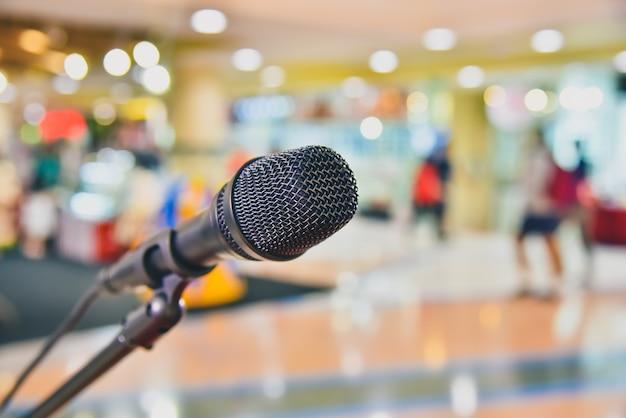 Mikrofon na streszczenie rozmazanej przestrzeni spotkania i występów scenicznych