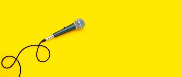 Mikrofon na żółtej powierzchni