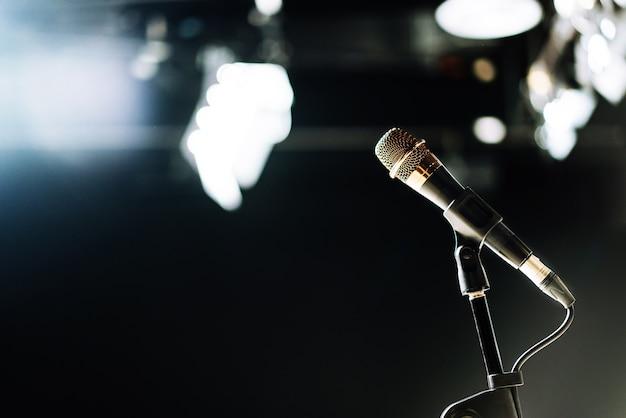 Mikrofon podłączony kablem