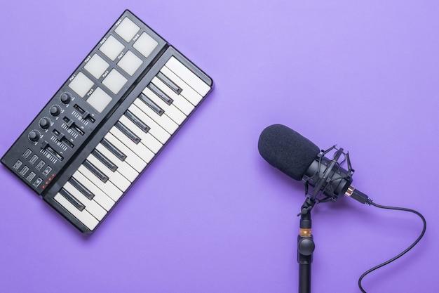 Mikrofon pojemnościowy i mikser muzyczny na fioletowej powierzchni