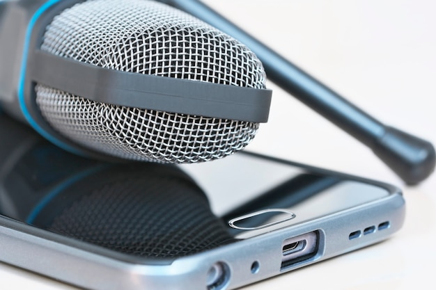 Mikrofon pojemnościowy i smartfon