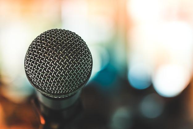 Mikrofon przed salą seminaryjną