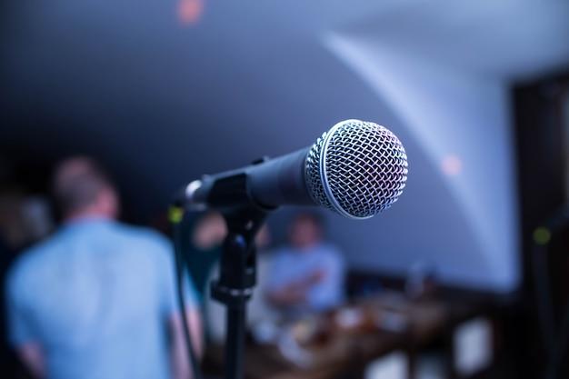 Mikrofon stoi na scenie w nocnym klubie