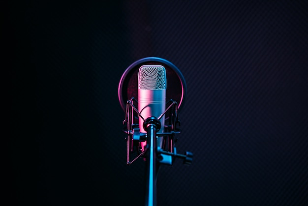 Mikrofon studyjny i osłona pop na mikrofonie w pustym studiu nagrań
