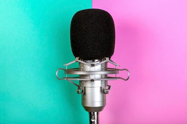 Mikrofon studyjny na kolorowej ścianie