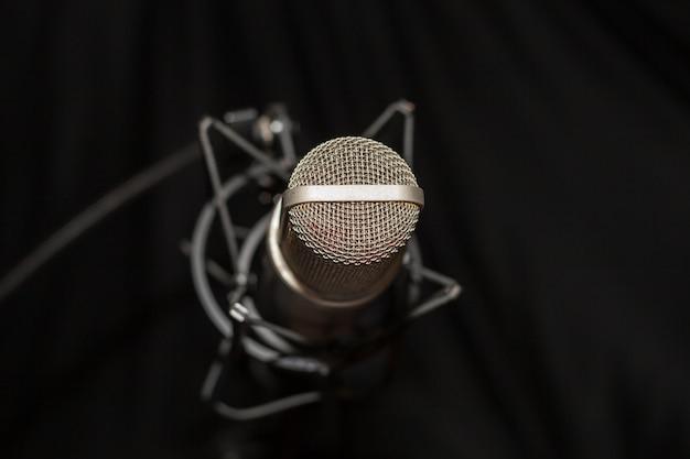 Mikrofon studyjny na nagraniu i czarnym tle