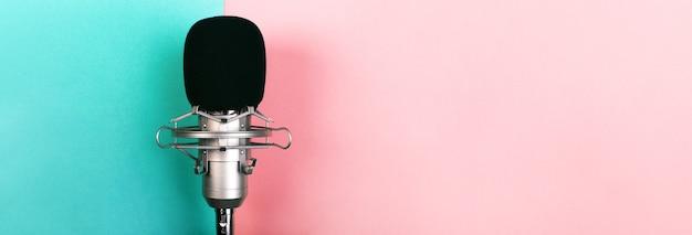 Mikrofon studyjny na niebiesko różowo