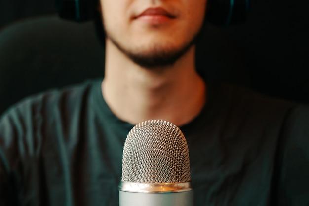 Mikrofon studyjny podcastu