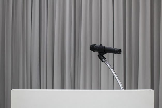 Mikrofon umieszczony na stole w sali konferencyjnej z miejsca na kopię