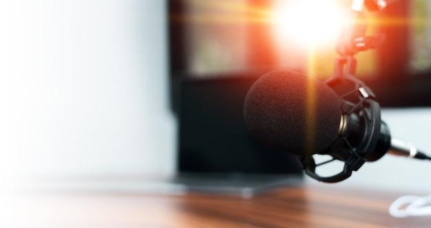 Mikrofon w domowym studiu do odtwarzania treści online lub na żywo