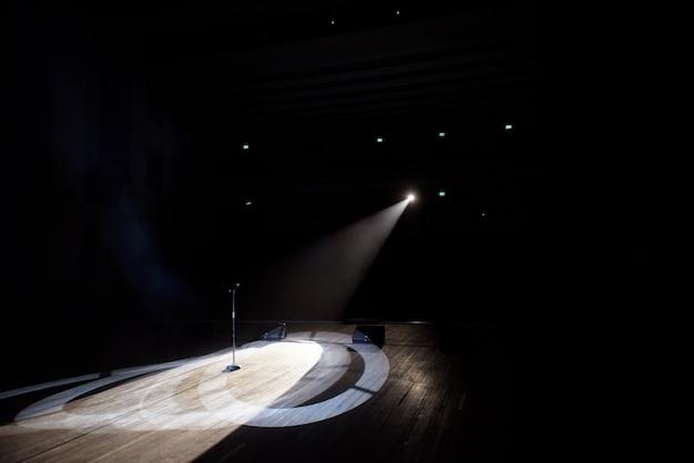 Mikrofon w dymie w wiązce światła.