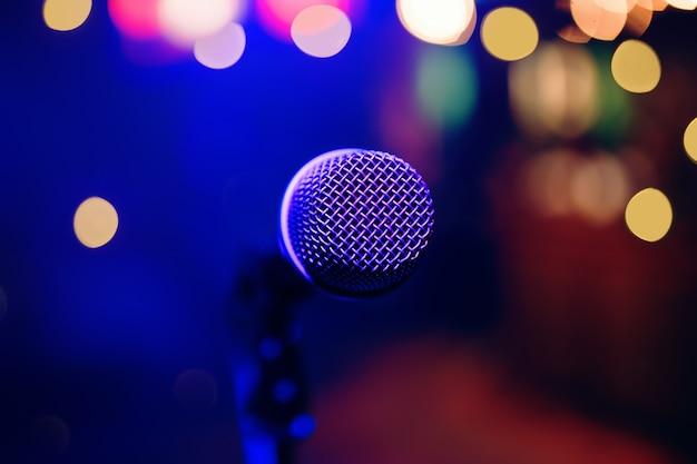 Mikrofon w restauracji lub klubie nocnym z rozmyciem kolorowe tło