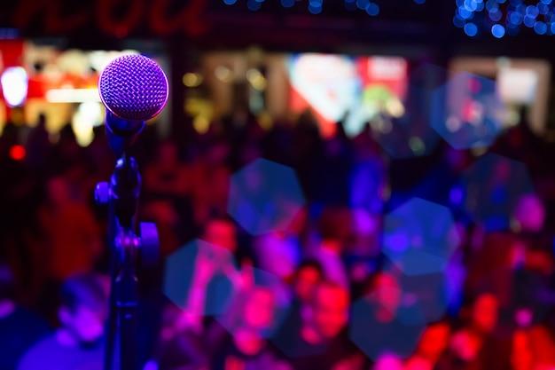 Mikrofon w sali koncertowej lub konferencyjnej.