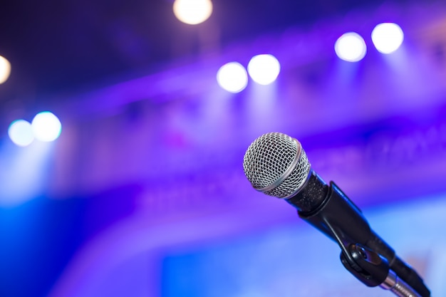 Mikrofon w sali konferencyjnej lub sali seminaryjnej.