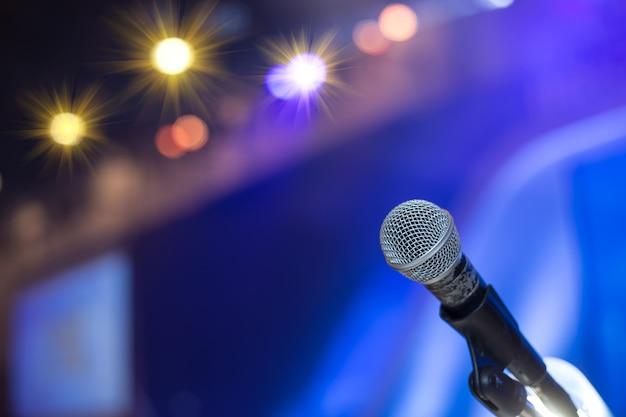 Mikrofon w sali konferencyjnej lub w sali seminaryjnej. sala konferencyjna, seminarium, wydarzenie, biznes, sala, prezentacja, wystawa