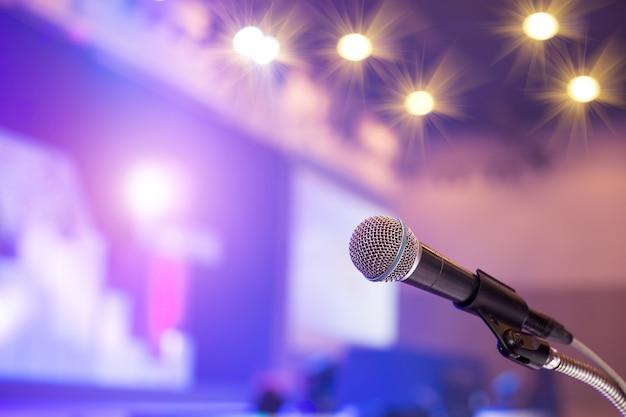 Mikrofon w sali konferencyjnej lub w sali seminaryjnej.