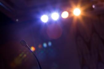 Mikrofon w sali konferencyjnej na konferencji.