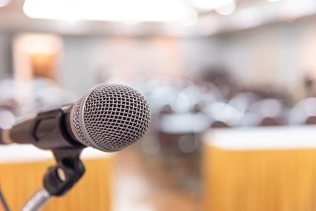 Mikrofon w sali seminaryjnej lub na konferencji mówionej.