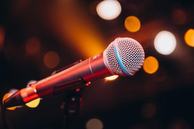 Mikrofon w stojaku na imprezie. przyjęcie karaoke. mikrofon wokalny.