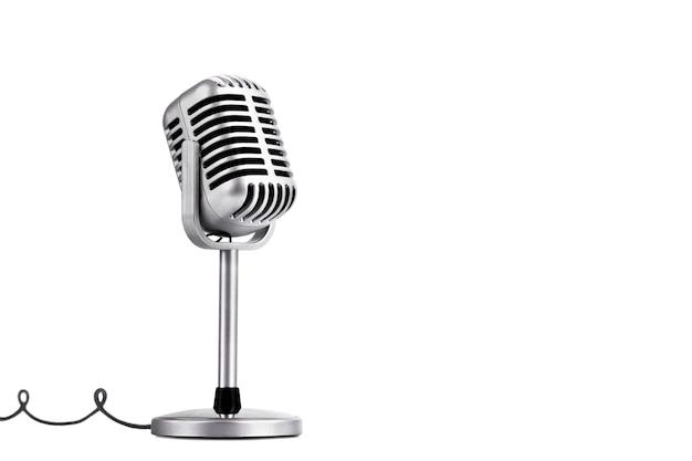 Mikrofon w stylu retro na białym tle