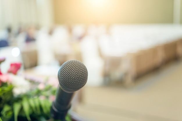Mikrofon z bliska strzał w seminarium lub sali konferencyjnej