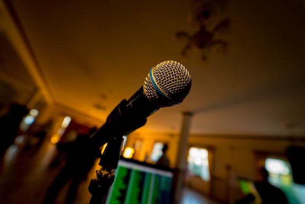 Mikrofon z bliska w sali koncertowej. koncepcja muzyczna