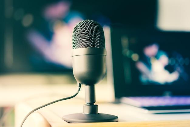 Mikrofon z laptopem wideo na żywo i koncepcja pracy w domu