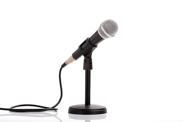 Mikrofon z podstawą na białym tle