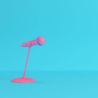 Mikrofon z podstawką na jasnym niebieskim tle