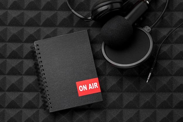 Mikrofon z widokiem z góry i notebook na antenie