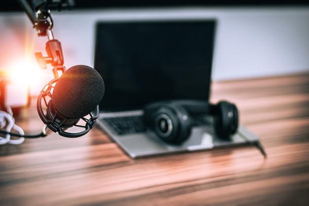 Mikrofon zbliżeniowy w studiu muzycznym w domu