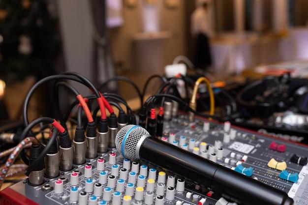 Mikrofonu zbliżenie na dyskoteka klubie