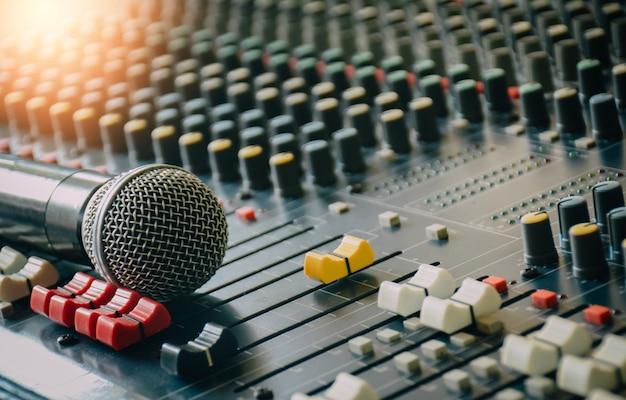 Mikrofony bezprzewodowe są umieszczone na mikserze audio w celu kontrolowania wykorzystania public relations w sali konferencyjnej.