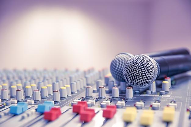 Mikrofony i mikser dźwięku powiązane w sali konferencyjnej.