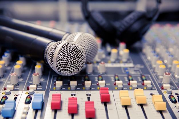 Mikrofony i mikser dźwięku w reżyserce