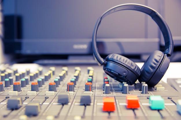 Mikrofony i słuchawki w pokoju kontrolnym.
