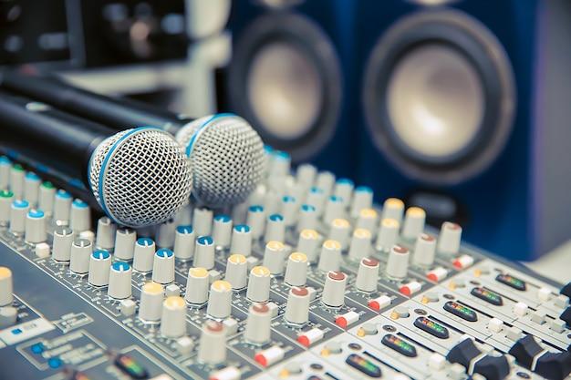 Mikrofony na mikserze dźwięku w studio do nagrywania.