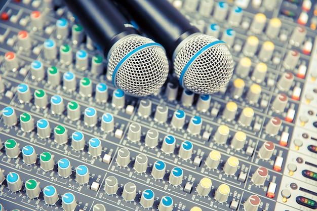 Mikrofony na mikserze dźwięku w studio.