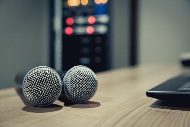 Mikrofony na stole przy studiowaniu
