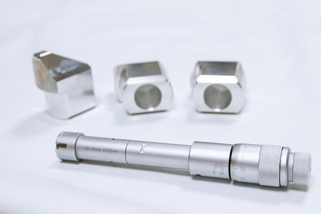 Mikrometr z otworem kalibracyjnym. urządzenie do dokładnego pomiaru średnicy otworu.