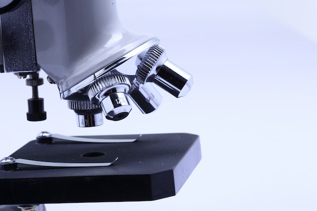 Mikroskop dla laboratorium naukowca i studenta