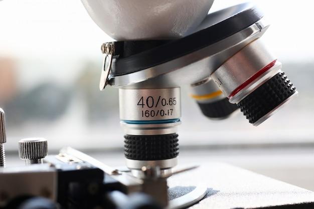Mikroskop głowy na tle