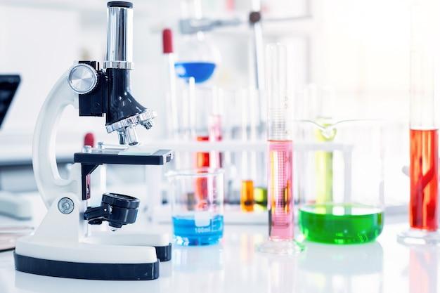 Mikroskop i probówki ze szkłem laboratoryjnym w laboratorium