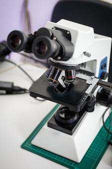 Mikroskop na stole w laboratorium, technologia badań naukowych.