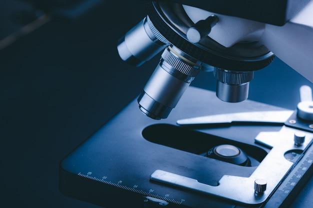 Mikroskop naukowy z metalową soczewką w laboratorium