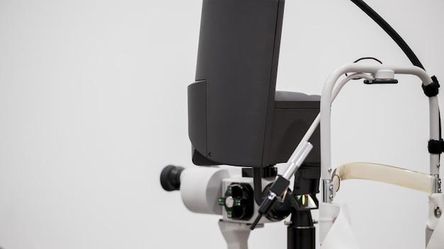 Mikroskop okulistyczny. nowoczesny sprzęt medyczny w szpitalu okulistycznym. koncepcja medycyny