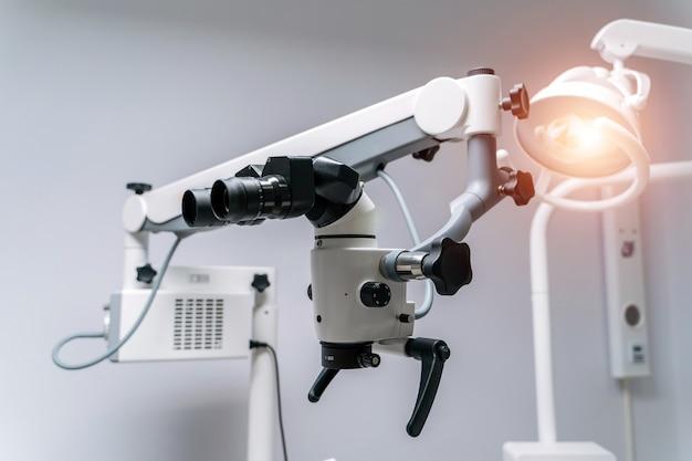Mikroskop stomatologiczny. nowoczesny sprzęt medyczny. koncepcja leczenia jamy ustnej. zbliżenie. selektywne skupienie.