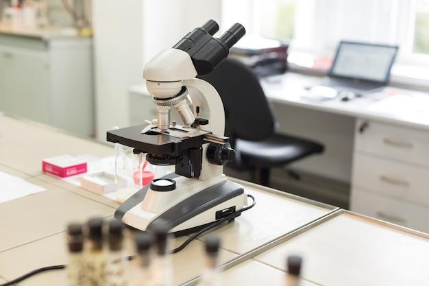 Mikroskop w laboratorium.