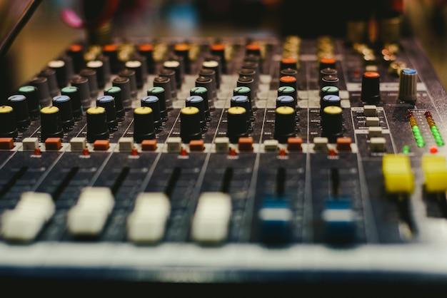 Mikser audio używany przez dj'a